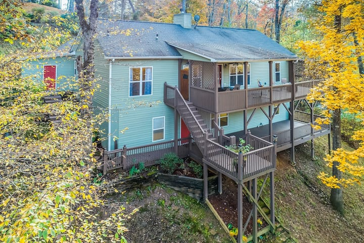 Dog-friendly mountain home w/free WiFi, covered porch, firepit, hammock!