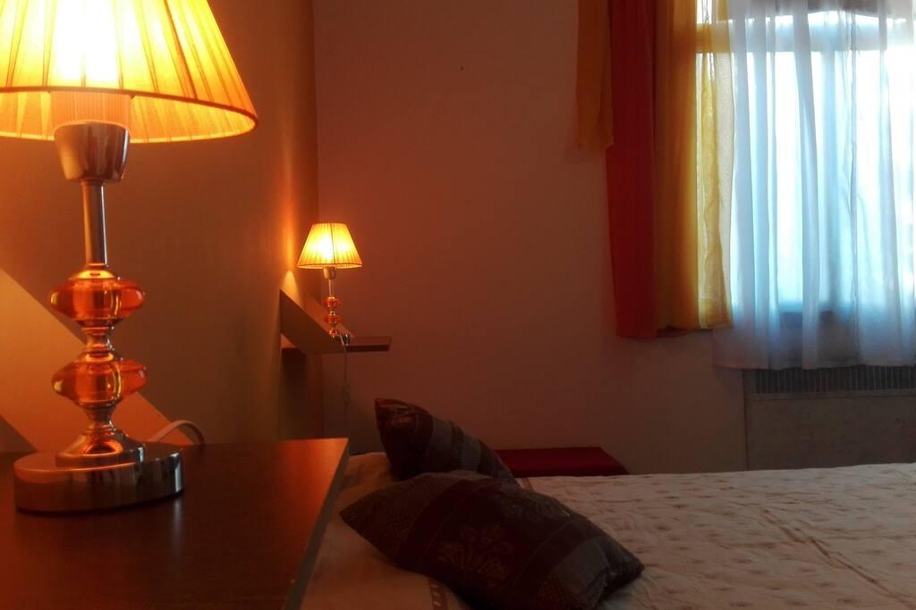 Lámparas individuales a ambos lados de la cama.