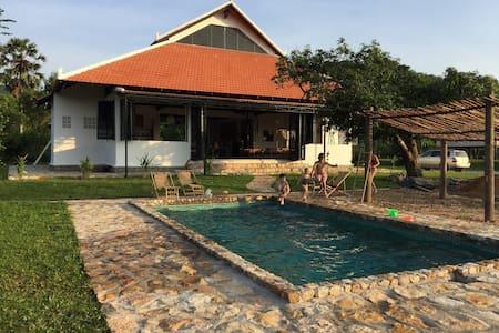 Villa Arlou. Eco house with a pool. - ដំណាក់ចង្អើរ - Talo
