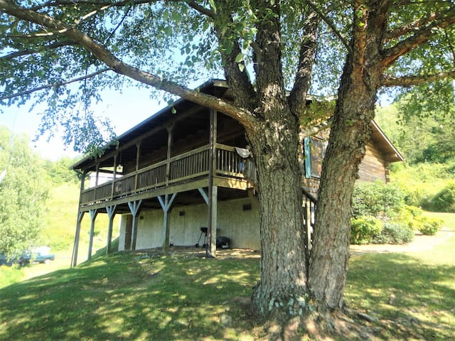 Barber`s Mountain Cabin / Nestled among the apple trees of Barber`s Orchard.