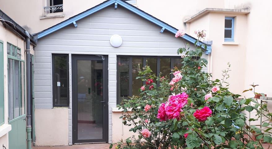 Appart 2 chambres avec jardin & BBQ, centre-ville