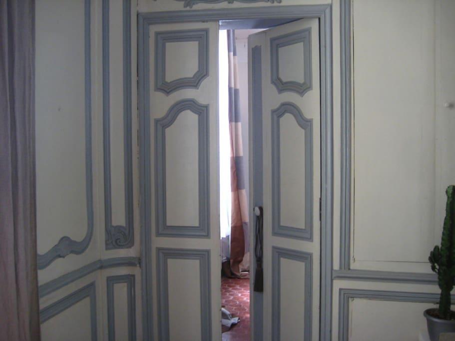 l'entrée de la chambre