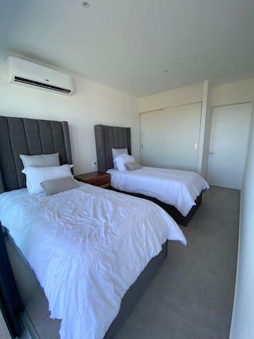 Recámara secundaria con camas individuales , colchones de memory foam para disfrutar de mayor descanso y conciliar mejor el sueño.