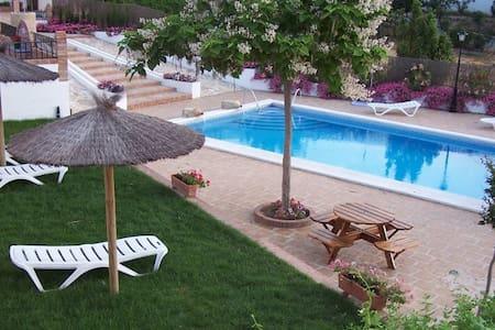 Casa con chimenea,piscina,jardín... - Priego de Córdoba - Almhütte