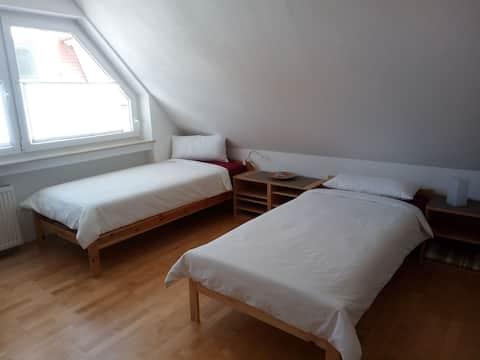 Helles, gemütliches Zimmer [1] am Rathausplatz