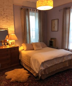 Historic home's master BR, Queen size bed - スタテン島