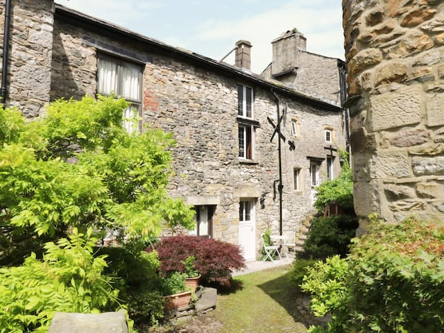COURTYARD COTTAGE, pet friendly in Kirkby Lonsdale, Ref 977178