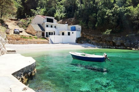 Isolated beach house with motorboat - Brusje - House
