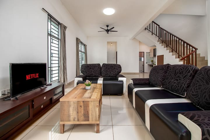 Desaru Villa with Netflix, near beach by IdealHub