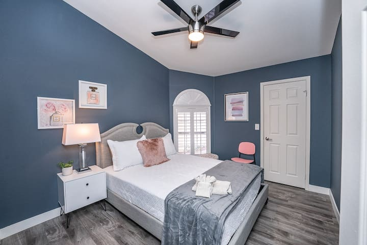 Relax after a long day of exploring the city in our super comfortable beds. Your sleep matters to us so we made sure our beds have high thread count linens to guarantee a great nights' sleep!