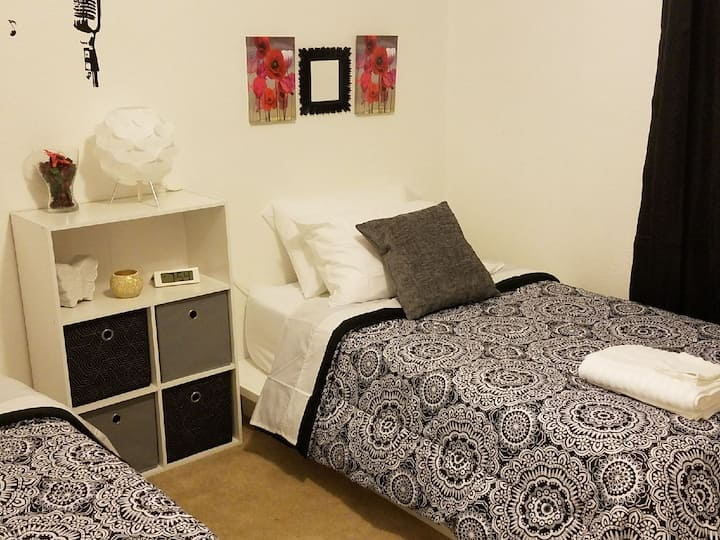 A1&A2 Charming on a Budget 2 Twin Beds (Private)