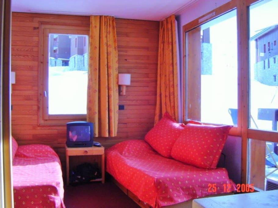 Salon avec deux canapés plein soleil