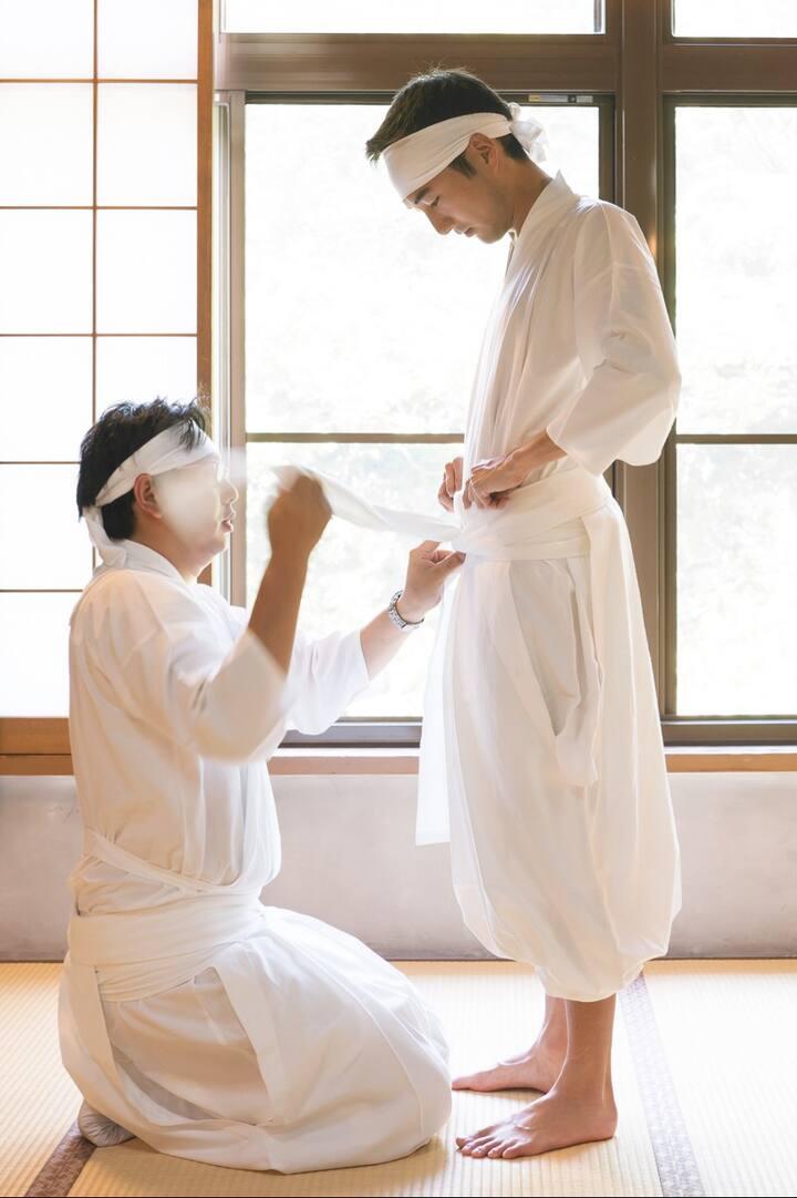 Dressing into Shirosozoku Robes