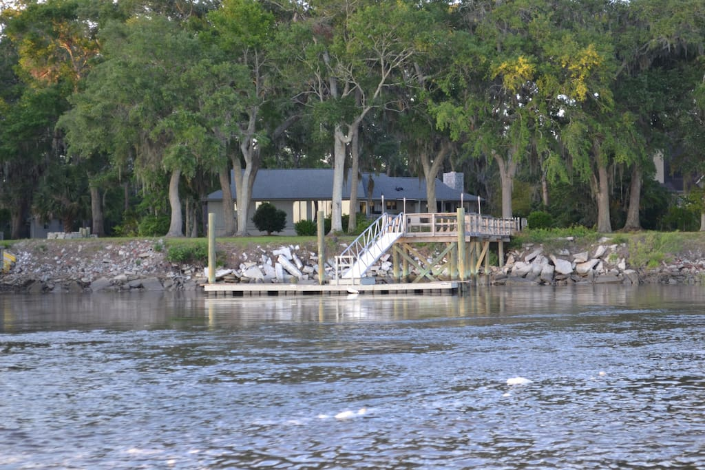Direct Waterfront cottage is directly on the vast North Newport River only 35 minutes from Savannah