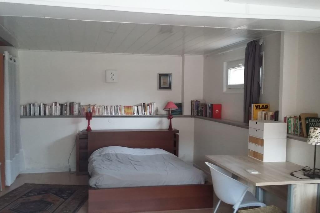 une grande chambre avec rangements et bureau, possibilité lit bébé
