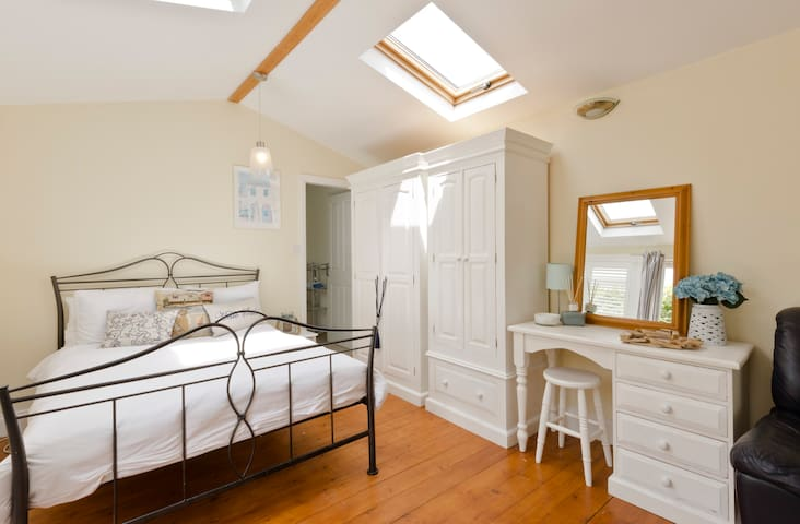Spacious room,ensuite,seperate kitchen,& pool***** - Winkfield Row - Bed & Breakfast