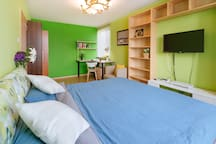 明亮的卧室有2个窗户 一面可以看到CBD CCTV,另外一面是幽雅的公园