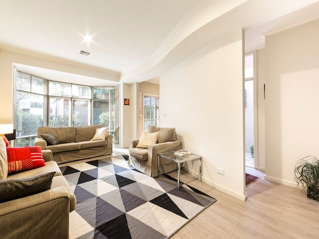 Private room  in central Carlton. - Carlton - Casa
