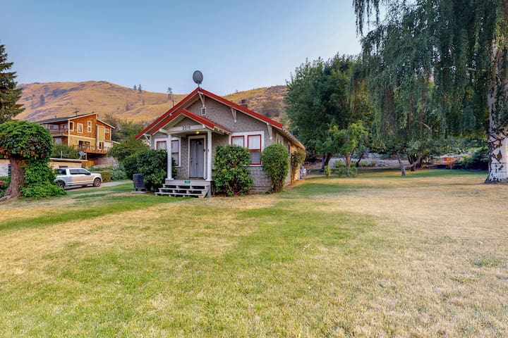 Charming, dog-friendly home with lake views - close to the local beach!