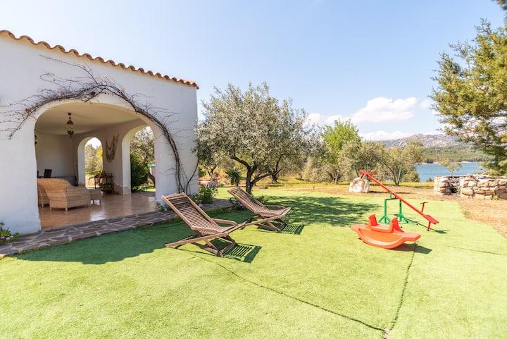 Rústica villa con Wi-Fi, aire acondicionado y hermoso jardín