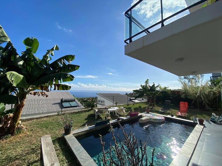 Chambre dans grande villa avec jardin et piscine