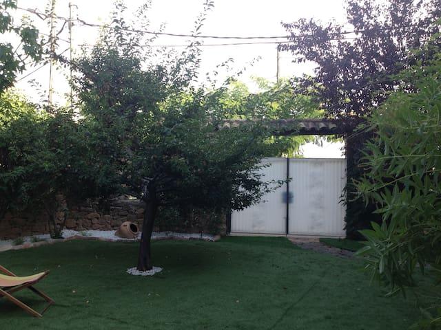 puerta exterior desde el jardin