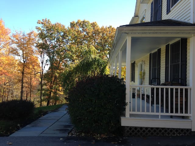 Large Hudson Valley home with pool - Red Hook - Ev