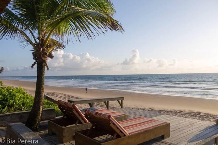 Pé na areia na melhor praia da Península de Maraú
