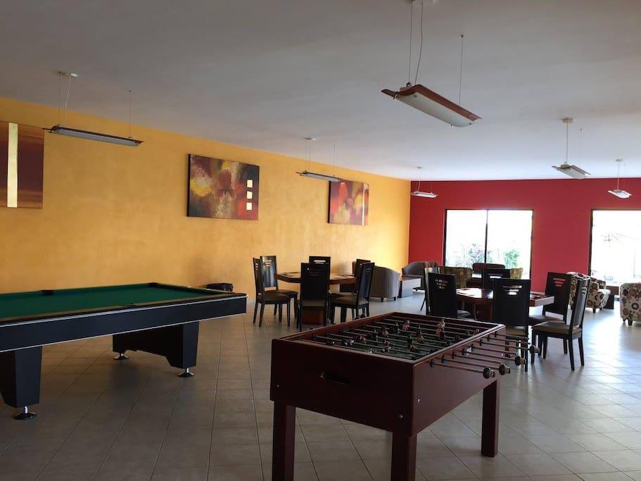 El huésped puede hacer uso de la mesa de billar, mesa de futbolito y mesas para jugar cartas.