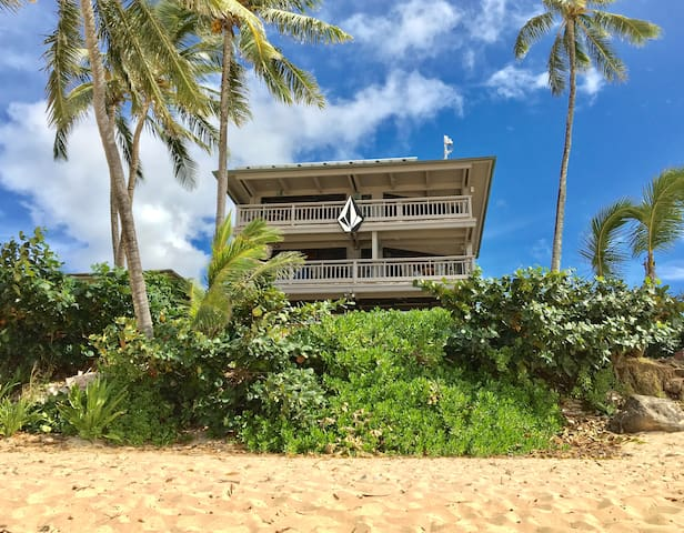 Beachfront 4 Bedroom House, sleeps up to 14 guest - Beachfront House