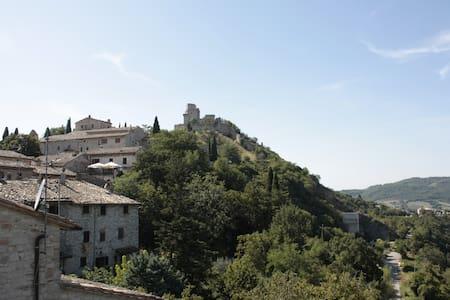 Chicca medioevale centralissima con vista Rocca - House