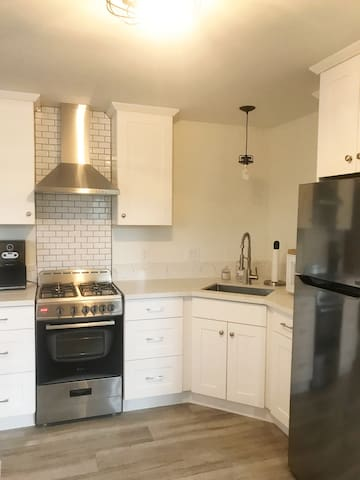 Newly remodeled studio apartment close to OXY!
