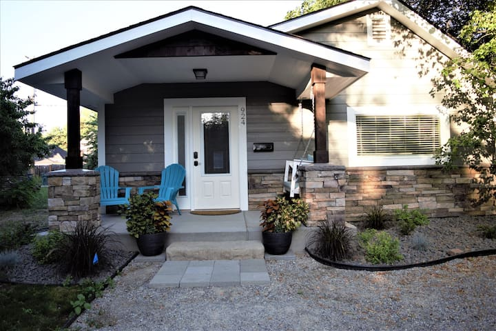 Midtown Bungalow, 3 blocks to shops & dining!