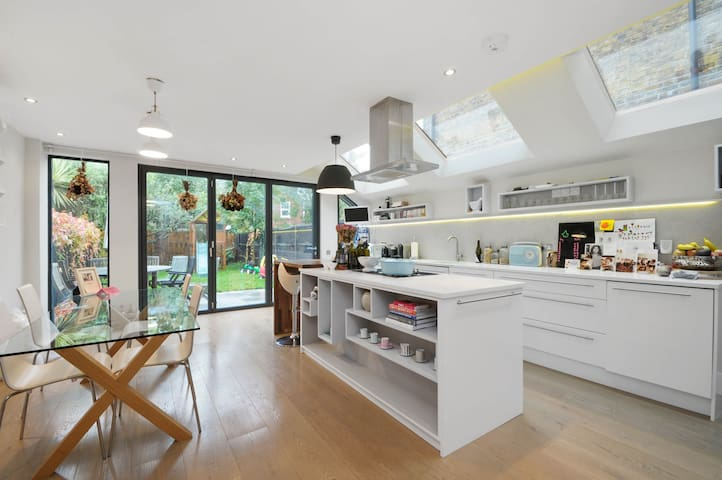 Gorgeous en suite room in friendly house - London - Rumah
