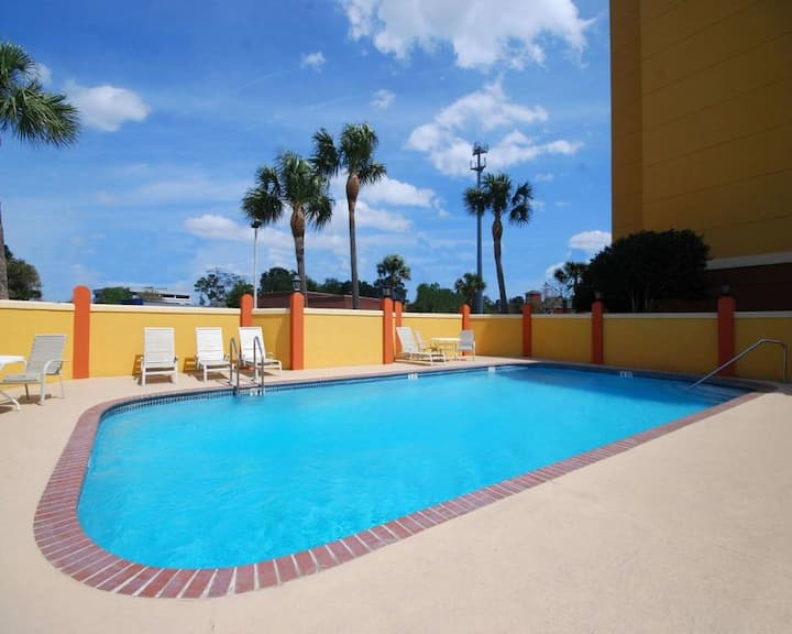 1 Wonderful Unit, Pool, Breakfast, Parking.