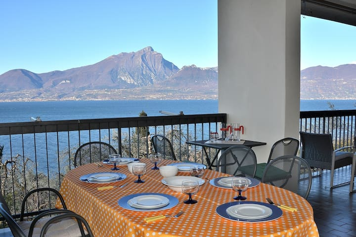 Villa Retrò, 7 Sleeps Villa With Breathless Lake Views  In Torri del Benaco - Torri del Benaco - Villa