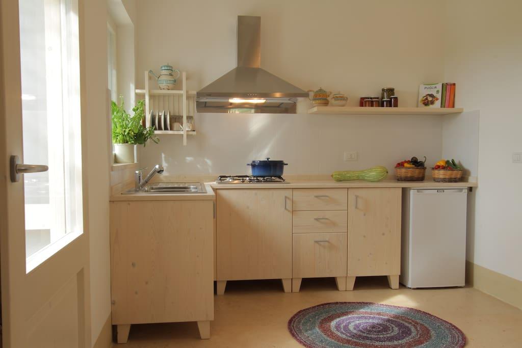 Angolo cottura attrezzato con pentole, piatti, ecc