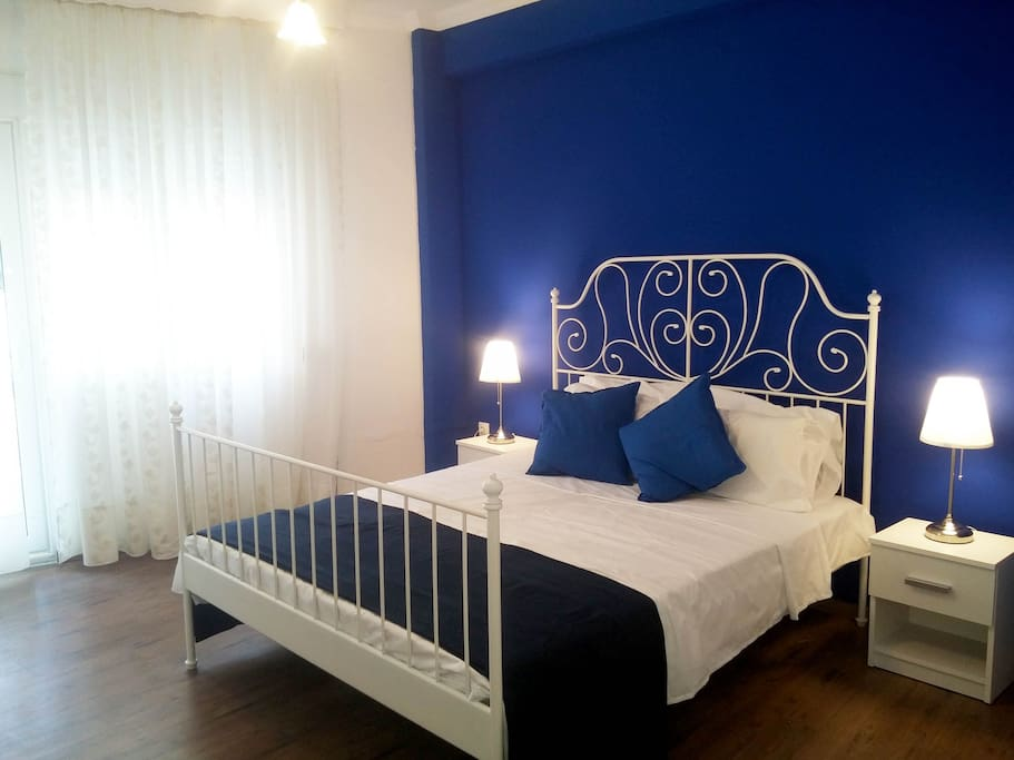 Chic and cozy blue room in the city center.!