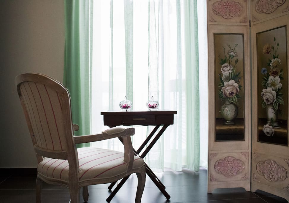 Cafeina B&B - Camera numero 2 - Dettaglio sedia e separé (ENG: Room 2 - Details)