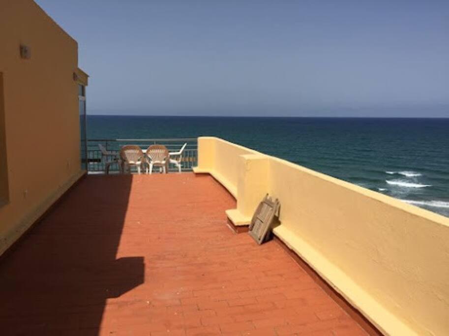 Una terraza amplia para disfrutar del mar en todo momento