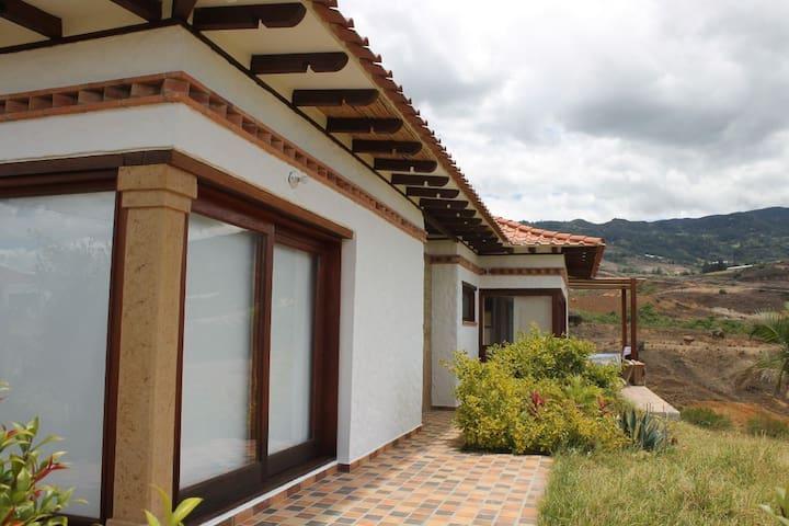 Hermosa cabaña campestre, cerca a Villa de Leyva