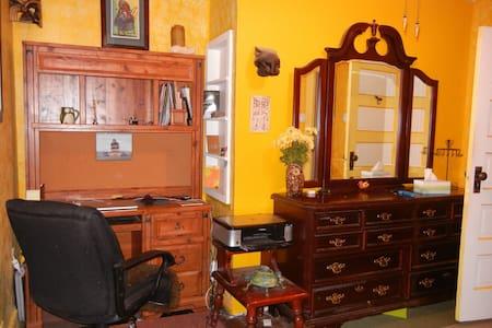 Lovely yellow room - Hotchkiss - House