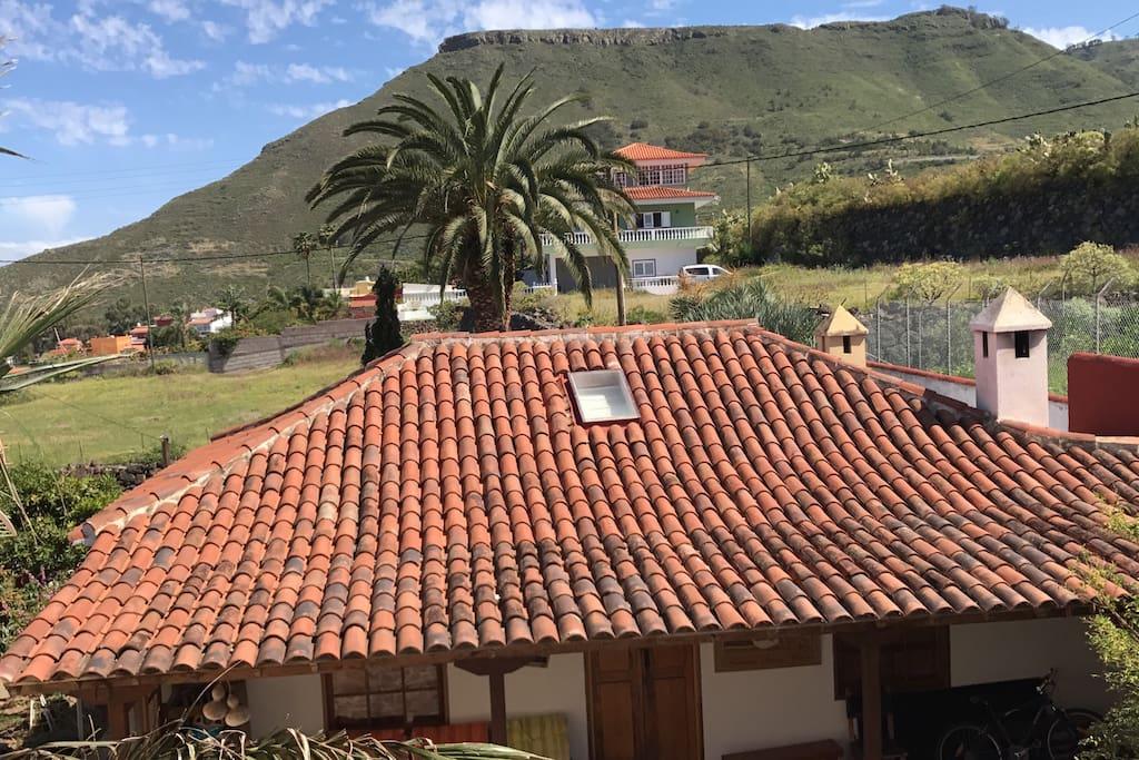 """Las vistas que tendrán nuestros huéspedes desde la ventana del baño. Al fondo la montaña """" La Atalaya """"desde cuya cima se tiene increíbles vistas a la comarca Nordeste de Tenerife"""