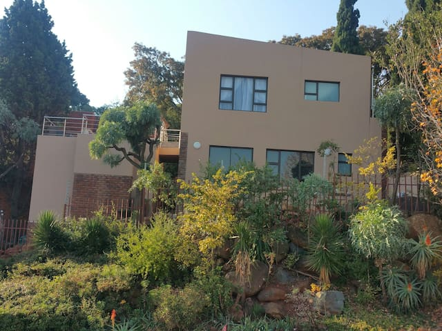 Stunning new townhouse in Glenvista. Shop in area