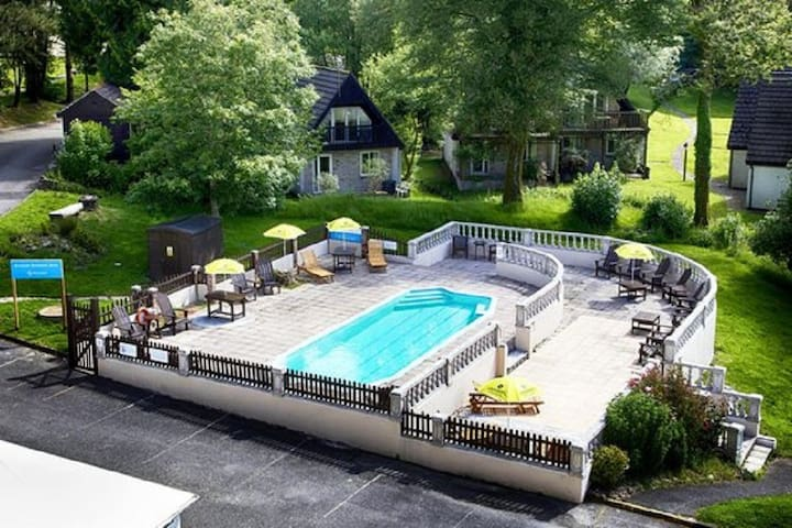 Ivy Lodge Spacious Detached for 10 + pets, pool,