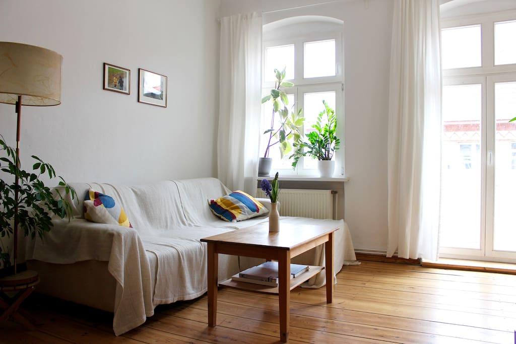 Gemütliches Wohnzimmer mit Zugang zum Balkon.