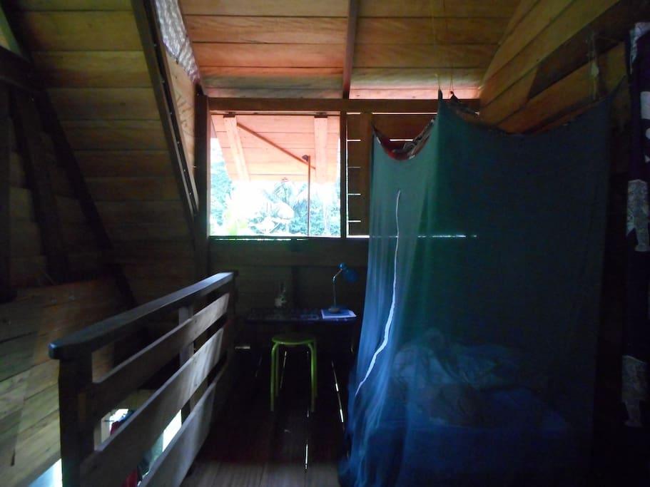 Petite chambre avec un lit simple