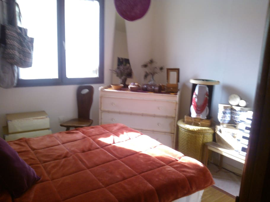 Chambre 1 avec volet rideau et moustiquaire à la fenêtre !