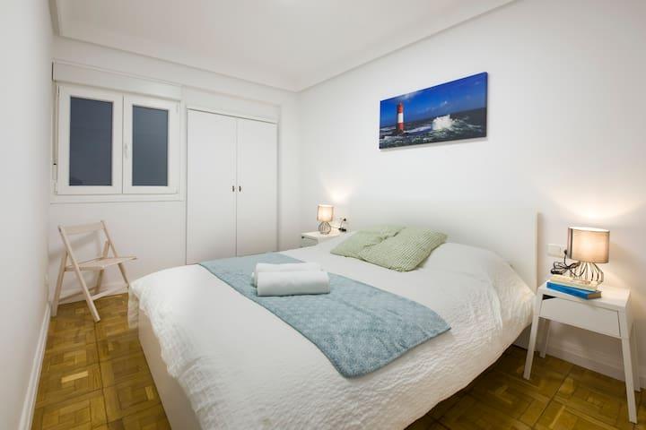 Habitación amplia, cama doble, interior