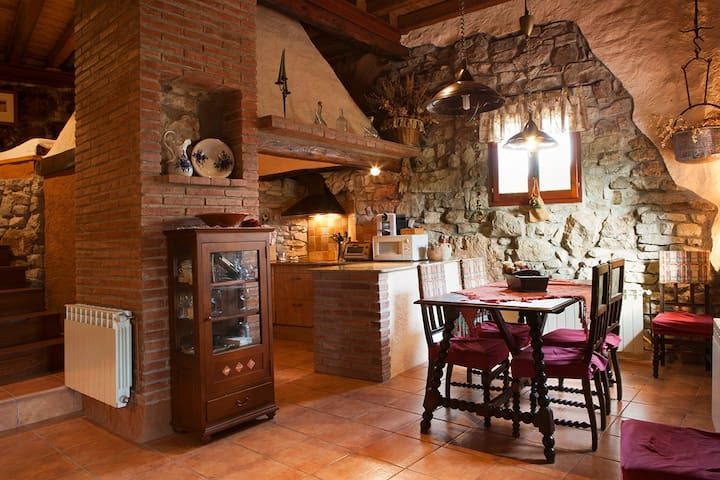 Original stone-and-wood-made house on the mountain - El Bosquet - Дом
